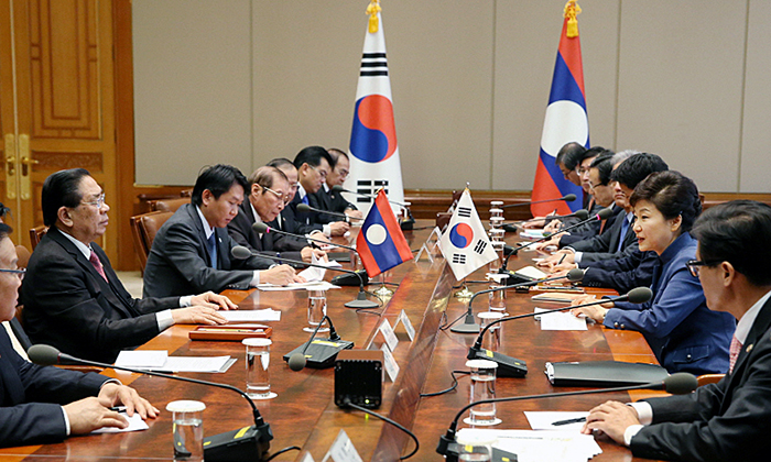 President Park Geun-hye (second from right) and Laotian President Choummaly Sayasone hold extended Korea-Laos summit talks on November 22 at Cheong Wa Dae. (Photo: Cheong Wa Dae)