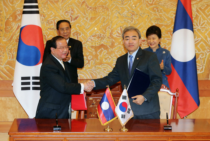 President Park Geun-hye (right) and Laotian President Choummaly Sayasone attend the MOU-signing ceremony involving culture ministers from the two countries during the Korea-Laos summit talks on November 22 at Cheong Wa Dae. (Photo: Cheong Wa Dae)