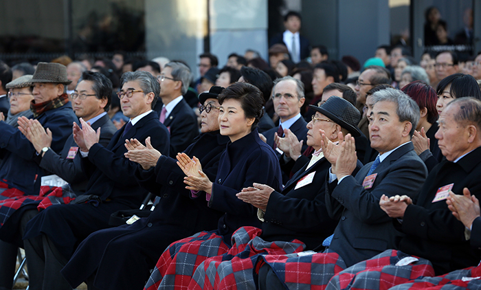 President Park Geun-hye (center) listens to congratulatory remarks during the opening ceremony of the MMCA's new Seoul branch on November 12. (Photo: Jeon Han)