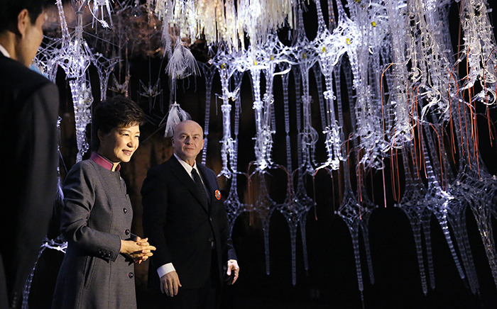 "President Park Geun-hye (second from left) admires the ""Epiphyte Chamber"" by Philip Beesley (right) on November 12. (Photo: Cheong Wa Dae)"