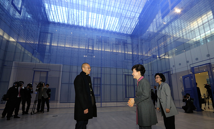 "President Park Geun-hye (second from right) talks with artist Suh Do Ho about his installation work ""Home Within Home Within Home Within Home Within Home"" on November 12. (Photo: Cheong Wa Dae)"