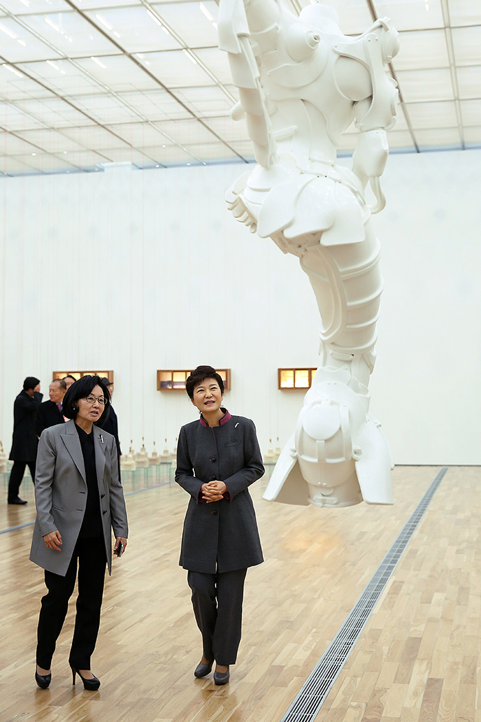 President Park Geun-hye (center) listens to an explanation from Director Chung Hyung-Min of the MMCA about one of artworks on display at the new Seoul branch of the MMCA on November 12. (Photo: Cheong Wa Dae)