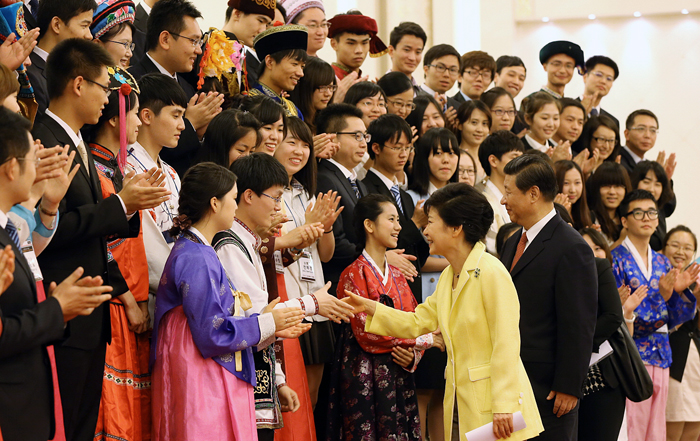 President Park Geun-hye and Chinese President Xi Jinping meet with Chinese youths on June 27 at the Great Hall of the People in central Beijing (photo: Cheong Wa Dae).