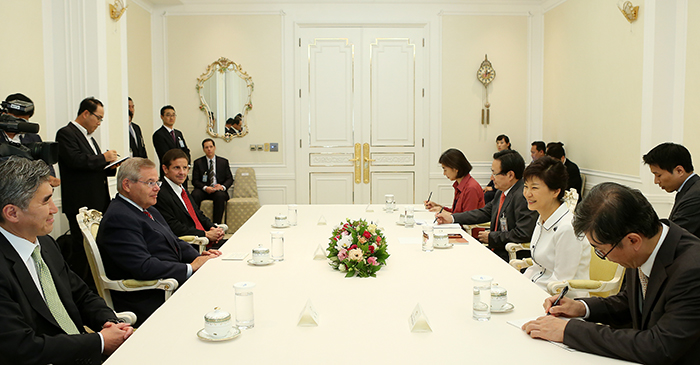 President Park Geun-hye talks with Senator Bob Menendez on August 19 (photo: Cheong Wa Dae).