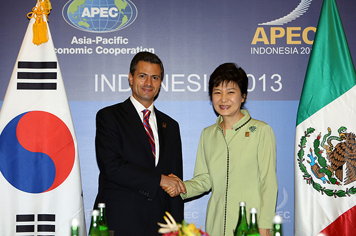 President Park Geun-hye (right) shakes hands with Mexican President Enrique Peña Nieto on October 7 in Bali, Indonesia. (Photo: Cheong Wa Dae)