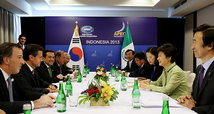 President Park Geun-hye (second from right) holds summit talks with Mexican President Enrique Peña Nieto on October 7 in Bali, Indonesia. (Photo: Cheong Wa Dae)