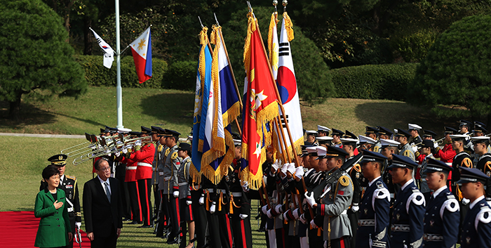 President Park Geun-hye (left) and Filipino President Benigno Aquino jointly inspect the honor guard made up of the three branches of the armed forces at Cheong Wa Dae on October 17. (Photos: Jeon Han)