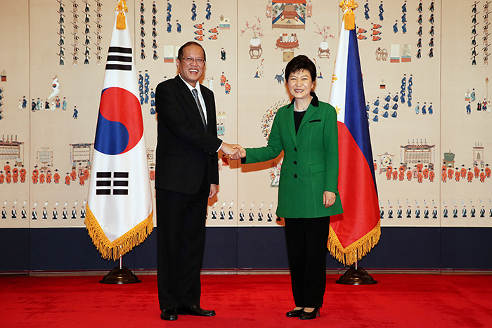 President Park Geun-hye (right) and Filipino President Benigno Aquino, currently on a state visit to Korea, pose for photos prior to the Korea-Philippines summit at Cheong Wa Dae on October 17. (Photo: Cheong Wa Dae)