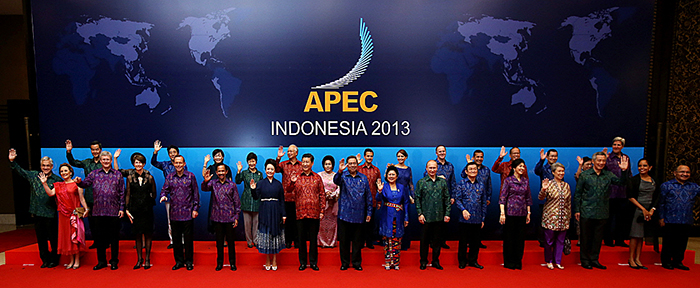 President Park Geun-hye (back row, fourth from left) poses for photos with APEC leaders at the APEC Leaders Meeting at the Sofitel Bali Nusa Dua in Bali, Indonesia, on October 8. (Photo: Cheong Wa Dae)