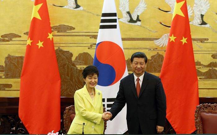 President Park Geun-hye (left) and Chinese President Xi Jinping shake hands after the signing ceremony for MOUs on boosting bilateral cooperation on June 27 at the Great Hall of the People in central Beijing (photo: Cheong Wa Dae).