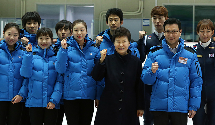 President Park Geun-hye (center right, front) poses for a photo with figure skating and short track athletes at the Korea National Training Center in Taeneung, Seoul, on January 8. (Photo: Jeon Han)