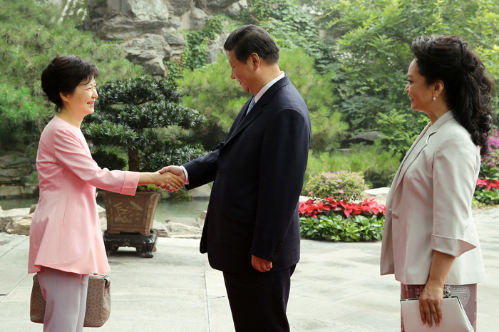 President Park Geun-hye (left) and Chinese President Xi Jinping shake hands on June 29 at a luncheon banquet hosted by President Xi (photo: Cheong Wa Dae).