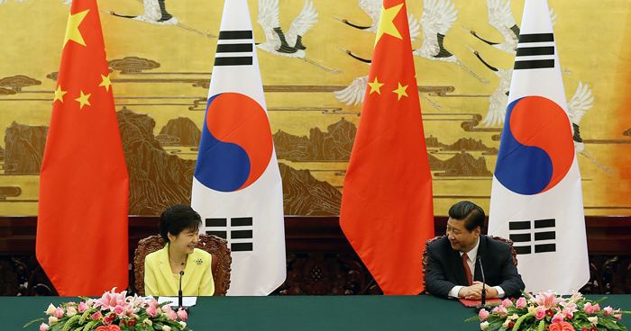 President Park Geun-hye (left) smiles at President Xi Jinping during a joint press conference held on June 27 in Beijing (photo: Cheong Wa Dae).