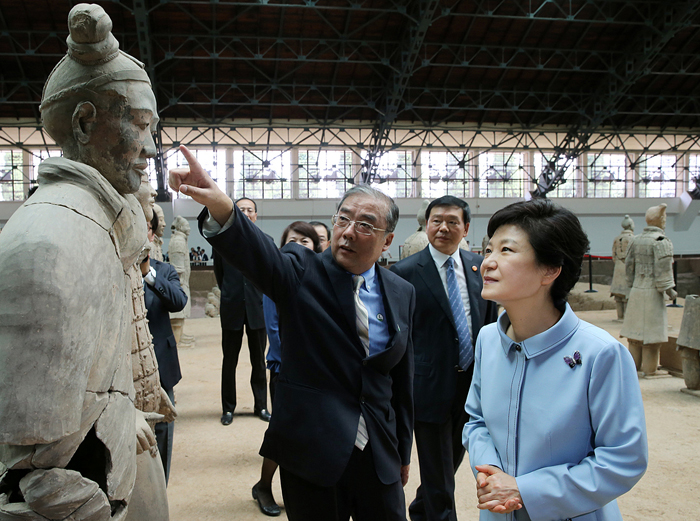 President Park (right) looks at one of the terracotta warriors during her visit to the mausoleum of Qin Shi Huang, the first emperor of unified China, in the ancient city of Xi'an on June 30 (photo: Cheong Wa Dae).