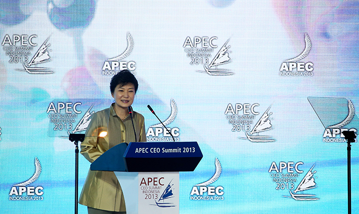 President Park Geun-hye delivers her keynote address at the APEC CEO Summit in Bali, Indonesia, on October 6 (photo: Cheong Wa Dae).