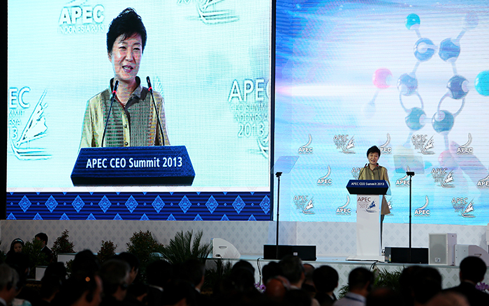 "President Park Geun-hye delivers her keynote speech, ""The Business of Innovation: Why Does it Matter?"" at the APEC CEO Summit in Bali, Indonesia, on October 6 (photo: Cheong Wa Dae)."