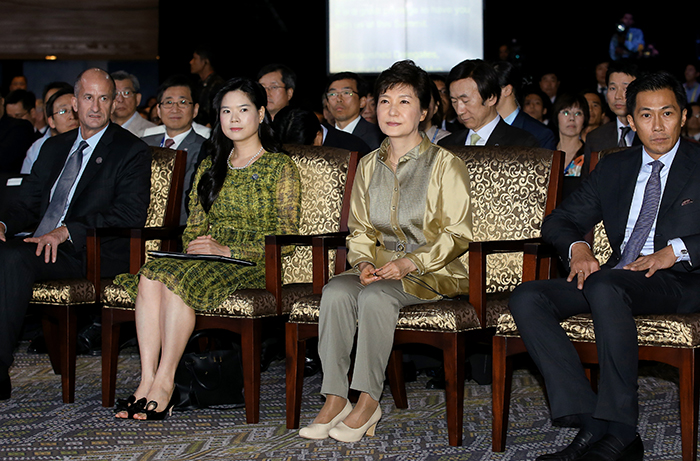 President Park Geun-hye (center right) participates in the APEC CEO Summit in Bali, Indonesia, on October 6 (photo: Cheong Wa Dae).