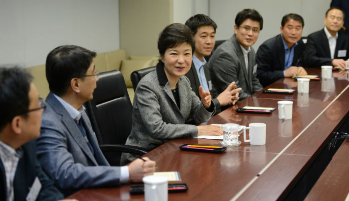 President Park (center) meets with CEOs of venture start-ups and chiefs of related government organizations on March 12 (photo courtesy of Cheong Wa Dae).