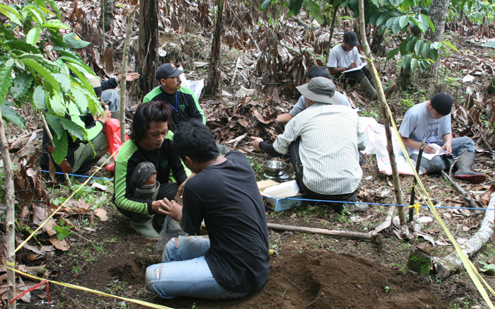 The KFRI delegation carries out a joint soil survey with members from Indonesia's Ministry of Forest in the KPHL Rinjani Barat area (photo courtesy of KFRI).