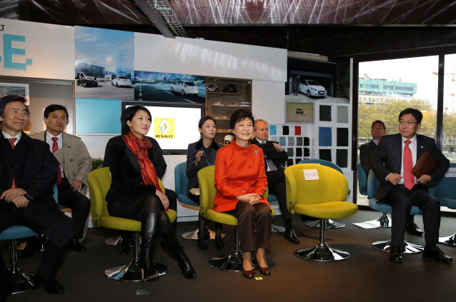 President Park Geun-hye (second from right, front row) listens to an explanation of Renault's electric vehicles at the company's Z.E. Centre. (photo: Cheong Wa Dae)