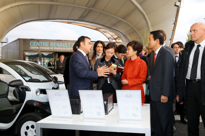 President Park (middle) talks to Renault Chairman and CEO Carlos Ghosn at Renault's Z.E. Centre.