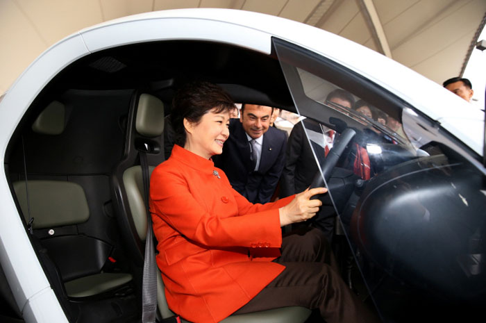President Park inspects Renault's EV Twizy. (photo courtesy of Cheong Wa Dae)