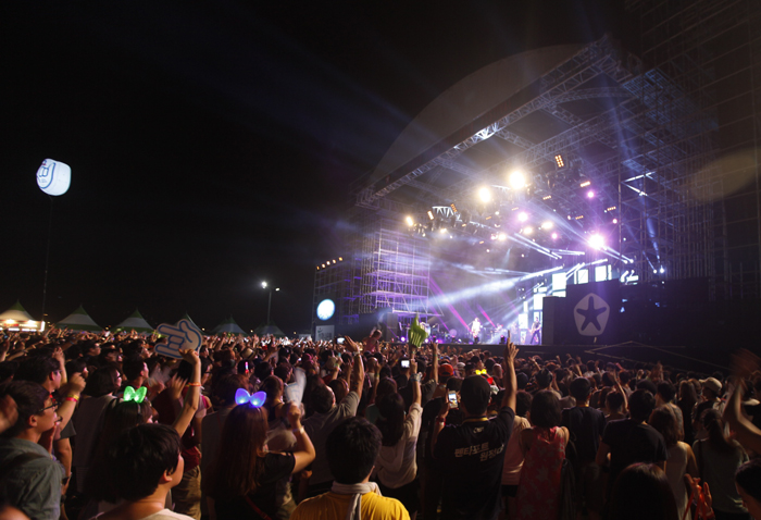 Fans go crazy at the 2012 Incheon Pentaport Rock Festival (photo courtesy of Yescom Entertainment).