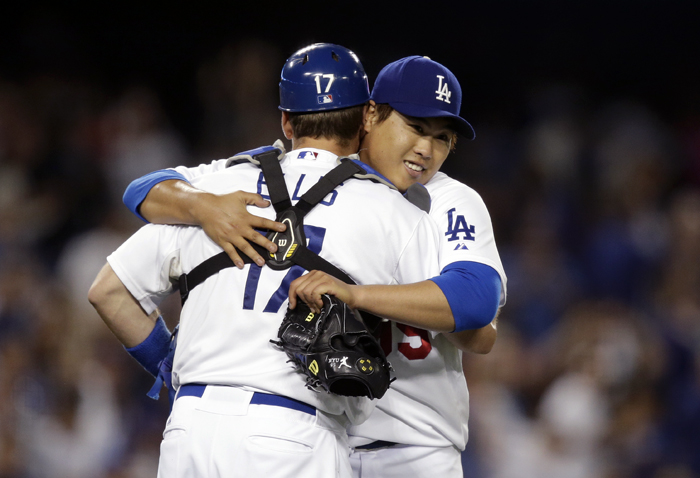 Korean pitcher Ryu Hyun-jin of the LA Dodgers hugs catcher A.J. Ellis to celebrate the victory on May 28 (photo: Yonhap News).