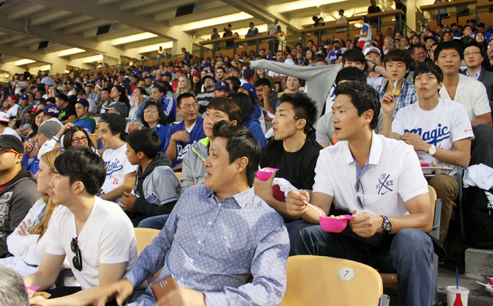 Korea's SK Knights basketball team players and its head coach Moon Kyung-eun cheer Ryu at the Dodgers Stadium on May 28 (photo: Yonhap News).