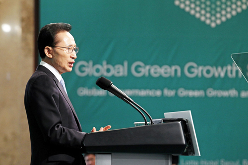 President Lee Myeong-bak delivers a keynote speech at the opening ceremony of the Global Green Growth Summit on May 10