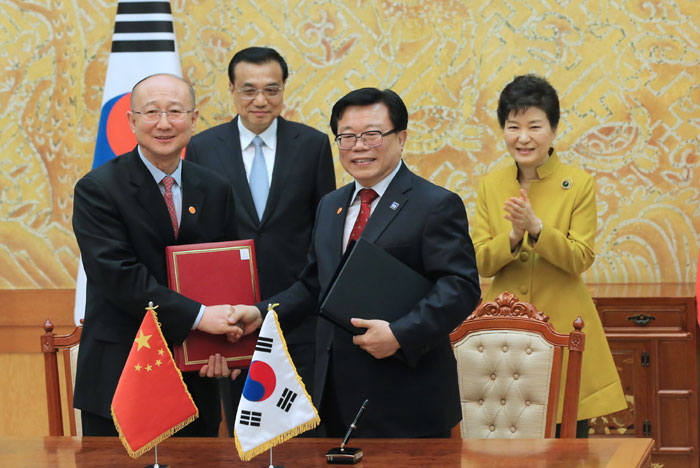Both the Korean and Chinese governments signed a memorandum of understanding that covers quarantine rules, hygiene and the examination of Korean rice and <i>samgyetang</i> last October. Thanks to the ratification of the Korea-China FTA, trade in food items between the two countries is expected to become more active.