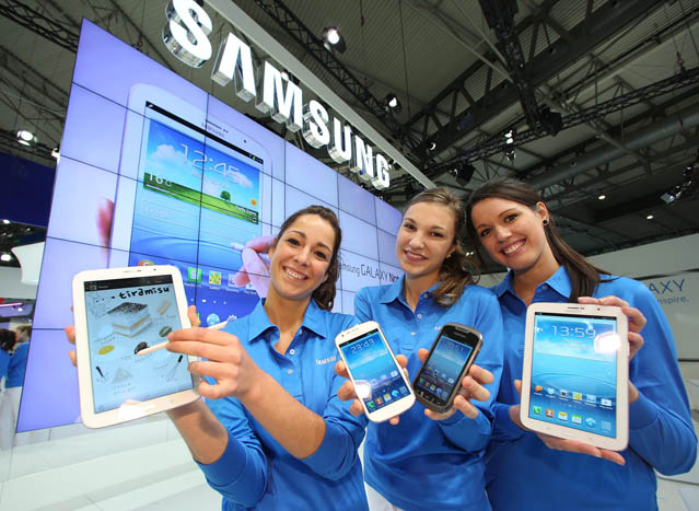 Models for Samsung Electronics hold up (from left) the Galaxy Note 8.0 tablet PC, the low-end Galaxy Express smartphone, the outdoor Galaxy Xcover smartphone, and Galaxy Note 8.0 at the Fira Gran Via Exhibition Center in Barcelona, Spain, on February 24, a day before the opening of the Mobile World Congress 2013 (photo: Yonhap News).