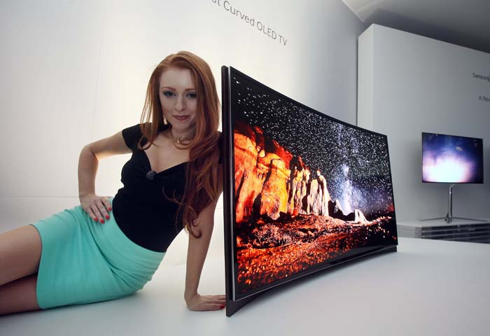 The world's first 55-inch curved OLED TVs were unveiled on January 8 at the 2013 International CES held in Las Vegas (photo: Samsung Electronics).