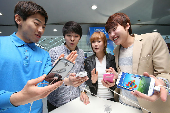 Korean consumers test the Galaxy S4 at an event held by Samsung Electronics in April 2013 ahead of the launch of the latest smartphone device (photo courtesy of Samsung Electronics).