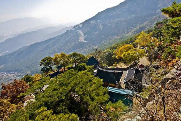The mountain ridge behind Jeongchwiam Temple creates a picturesque view. (Courtesy of Sancheong County)