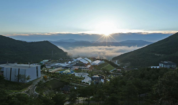 The morning view over Donguibogam Village, the venue for the World Traditional Medicine Fair & Festival, taking place in Sancheong, Gyeongsangnam-do (South Gyeongsang Provice). (Courtesy of Sancheong County)