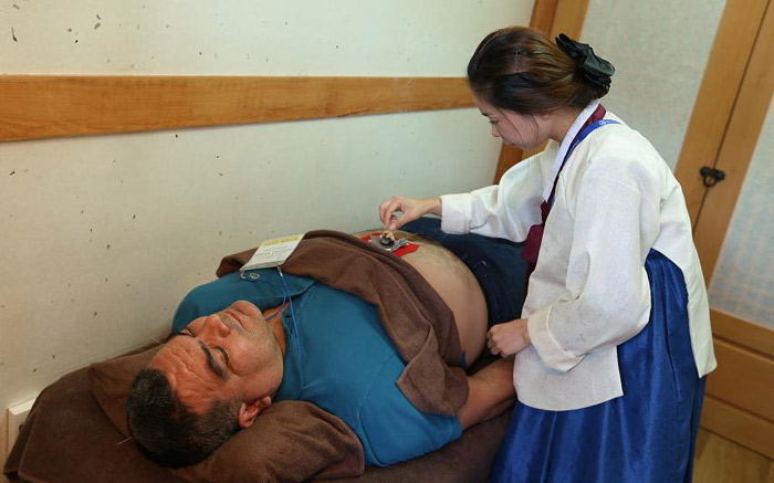 A visitor experiences a Korean traditional medicine treatment at the festival. (Photo: Jeon Han)