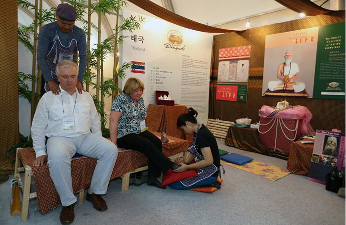 Visitors receive a traditional Thai massage at the festival. (Photo: Jeon Han)