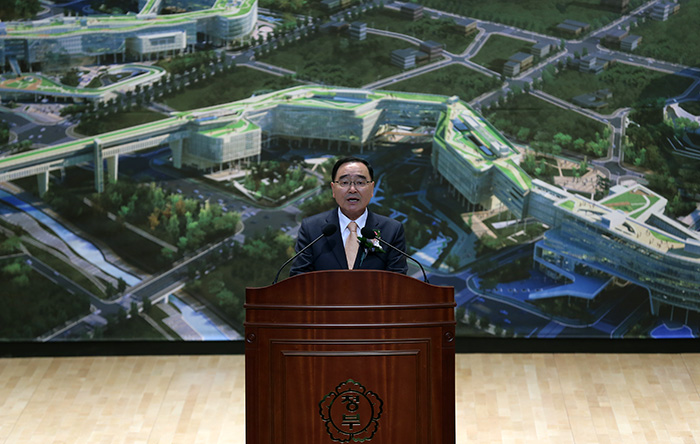 Prime Minister Chung Hongwon addresses the audience during the opening ceremony of the Government Complex-Sejong on December 23. (Photo: Jeon Han)