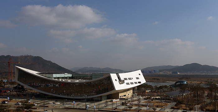 A view of the new National Library of Korea, Sejong branch, which opened on December 12. (Photo: Jeon Han)