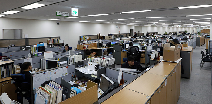 Civil servants in the Ministry of Culture, Sports and Tourism get accustomed to their desks in the Government Complex-Sejong after recently moving into the new building. (Photo: Jeon Han)