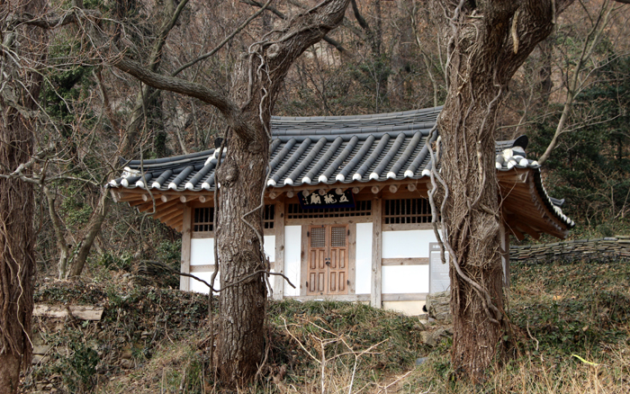 At the Oryongmyo Shrine on Seonyudo Island, off the West Coast of Gunsan in Jeollabuk-do, ships' crewmen held ritual ceremonies to pray for safety on their voyages.