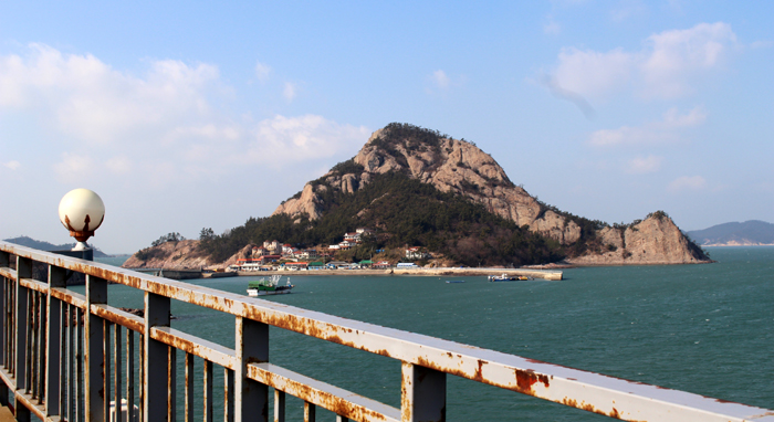 Jangjado Island can be viewed from nearby Seonyudo Island.