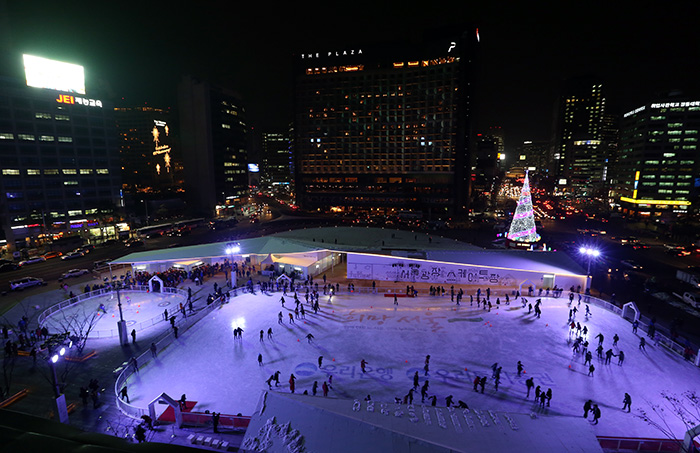 Skaters enjoy the ice rink at Seoul Plaza in front of City Hall on its opening day this year on December 16. It will be open for 70 days until the end of February 2014. (Photo: Jeon Han)