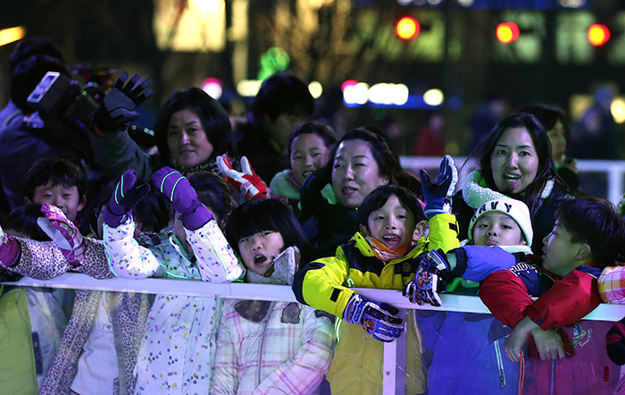 Children wait to enter the ice rink at Seoul Plaza on December 16. (Photo: Jeon Han)