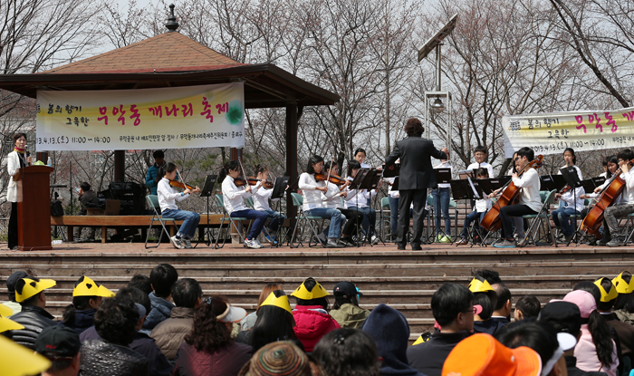 The Muak-dong Flower Festival takes place at a park near Inwangsan on April 13. Large and small spring flower festivals offer events and performances across Seoul (photo: Jeon Han).