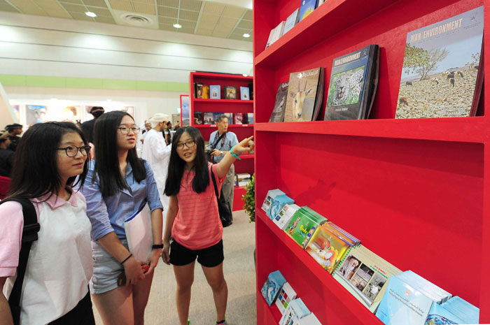 Visitors to the Seoul International Book Fair 2014 look around the books on display on June 18.