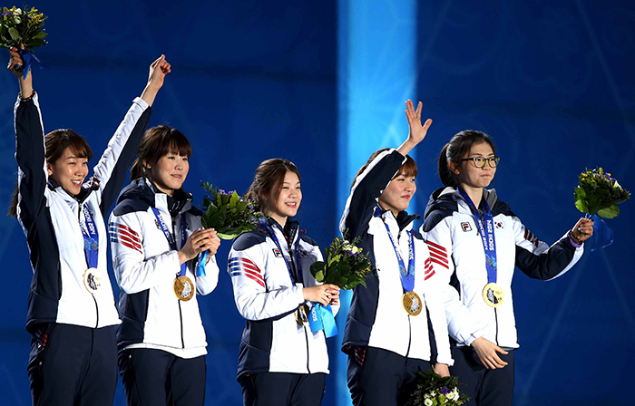 The ladies' short track team smiles with their gold medals around their necks during the award ceremony at the medals plaza in Sochi, Russia, on February 18. The winners are, from left: Cho Ha-ri, Kim Alang, Kong Sangjeong, Park Seung-hi and Shim Suk-hee. (photo courtesy of the Korean Olympic Committee)