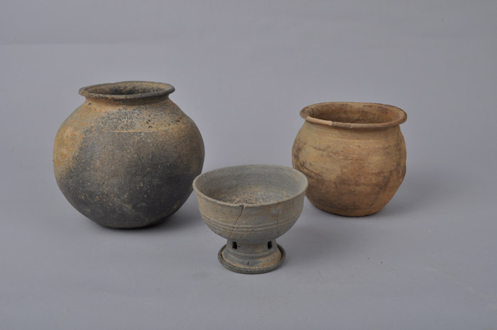 (Top) A half-underground burial tomb excavated in Namwon, Jeollabuk-do, is the first late Silla tomb found in the region. (Bottom) The middle of the three earthenware bowls is mounted on a ring-shaped base with square holes. (photos courtesy of the CHA)