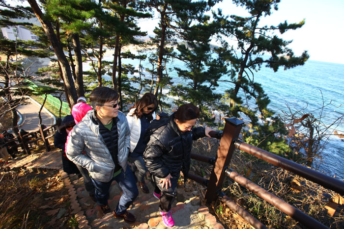 A group of Singaporean tourists appreciate the scenic views off into the East Sea on Nov. 29 as they walk along the Haeparang Trail, the country's longest series of walking trails. They're participating in a group tour that follows in the footsteps of Singaporean Prime Minister Lee Hsien Loong.